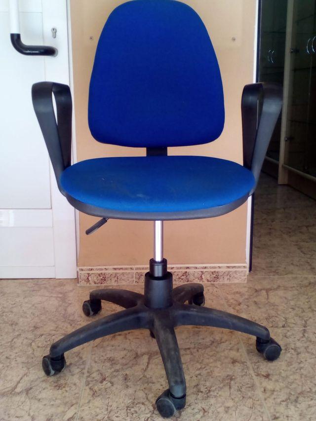 Silla oficina tapizado azul con ruedas buen estado de segunda mano ...