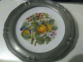 soporte estaño y plato decorativo