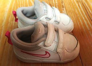Zapatillas para bebé Nike Talla 19. Muy poco uso.