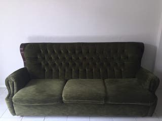 Sofá vintage y muebles clásicos