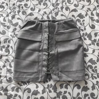 Falda gris efecto ante