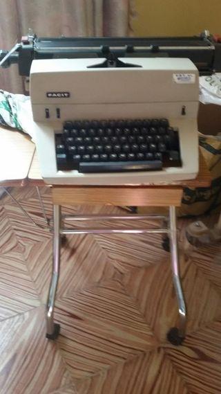 Maquina de escribir y mesa