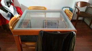 Mesa de comedor y mueble de comedor y cuatro silla