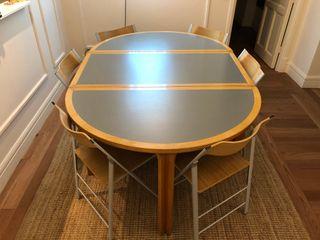 Mesa de comedor con sillas.