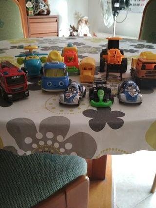 lote de camiones coches y máquina de plastico