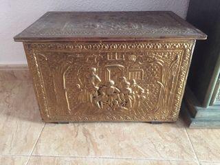 Baúl caja en relieve de latón dorado
