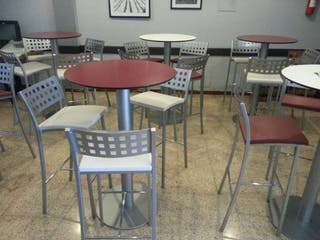 mesas y taburetes