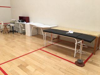 Mueble de escritorio y camillas de masaje