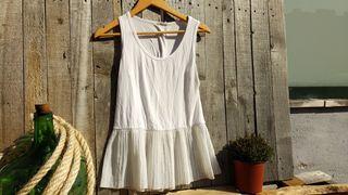 Camiseta blanca con volante plisado.