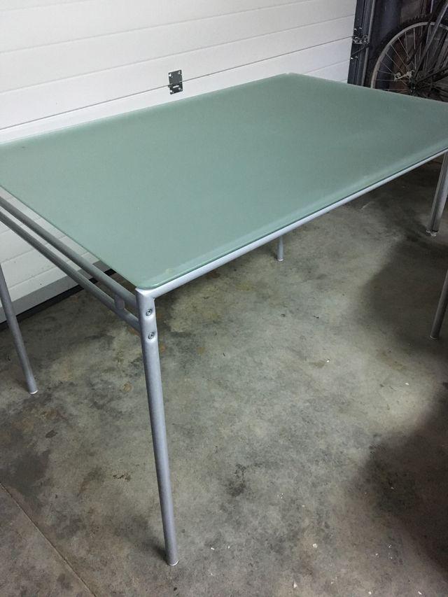 Mesa cocina de cristal templado y patas metálicas. de segunda mano ...