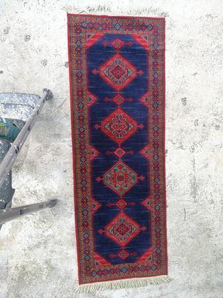 Gran alfombra de pasillo de vivos colores.