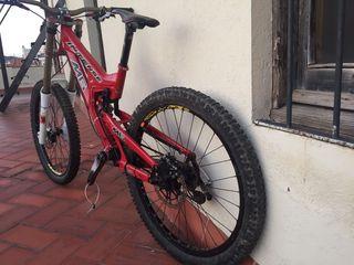 Bicicleta mtb descenso Intense.