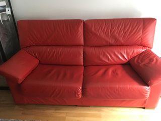 Se venden sofás rojos de cuero. Muy buen estado.