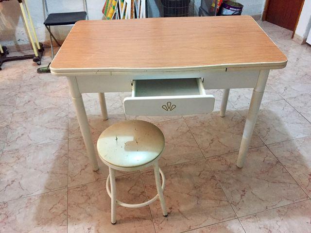 Mesa cocina y 2 taburetes de segunda mano por 24 € en San Martín de ...