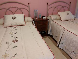 Vendo dos camas completas de 105 más mesilla