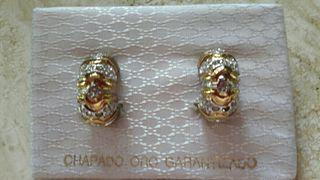 pendientes chapados en oro.