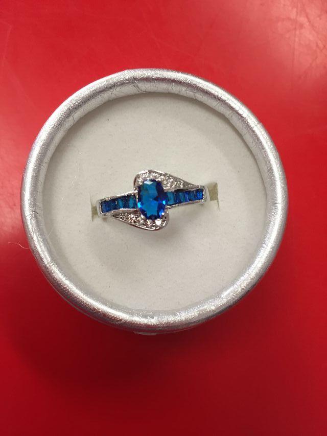 2ea1eecf6665 Anillo plata 925 con zafiro central azul de segunda mano por 35 € en ...