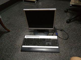 monitor de pc y teclado con sus cables