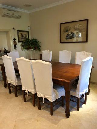 Mesa y ocho sillas