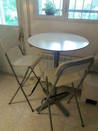 Mesa y sillas altas cocina