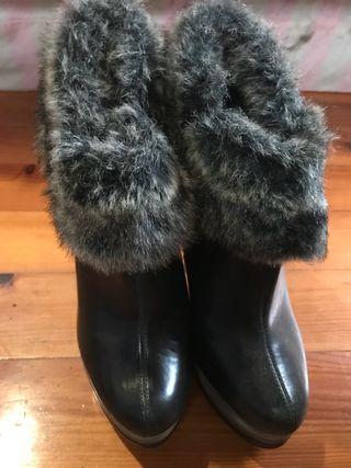 Zapatos sin usar con bastante tacón