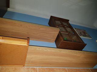 Dos estantes o baldas rectangulares color roble.