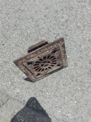 sumidero antiguo de hierro