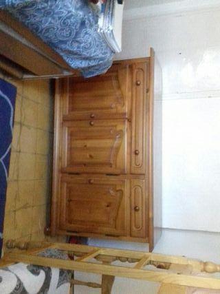 mesa con vitrina y un mueble