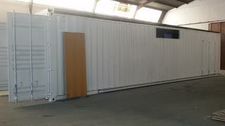 Dos vestuarios en contenedores