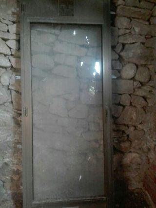 Puerta de aluminio con su cristal