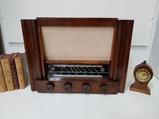 ANTIGUA RADIO DE VÁLVULA, DE MADERA MACIZA
