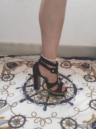 sandalias negro y dorado