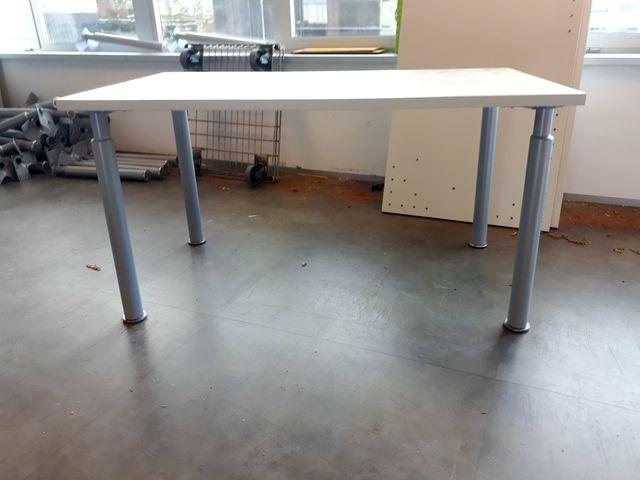 4 Mesas de oficina en blanco de segunda mano por 80 € en Barcelona ...