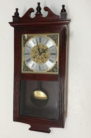 Antiguo reloj de pared Radiant con péndulo