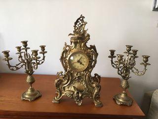 candelabros y reloj de bronce
