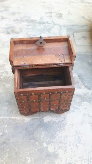 Baúl-caja rústico con ruedas.