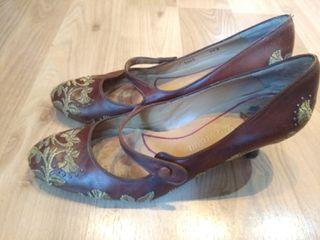 zapatos de tacón de piel y con bordado.