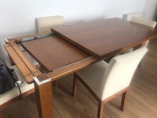 Mesa de salón roble oscuro y cuatro sillas a juego