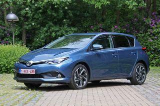 Toyota Auris Active 2015 color azul Denim con navegador