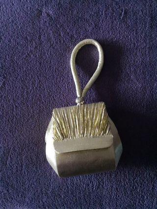 bolso de fiesta dorado.