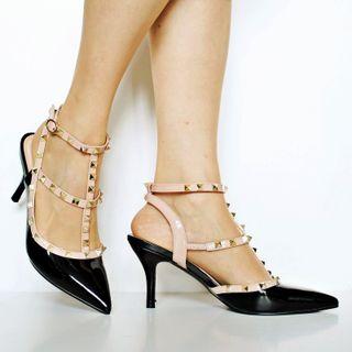 Zapato de charol y tachuelas tipo Valentino