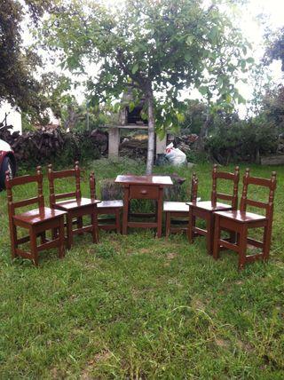 sillas y mesas antiguas de madera pequeñas