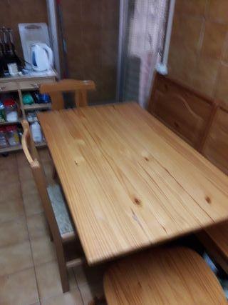 Mesa de cocina con sus sillas