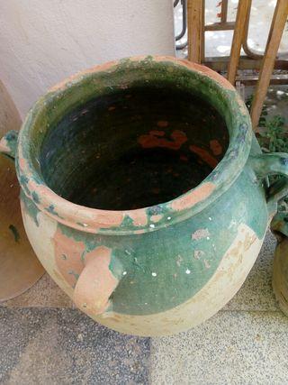Orza antigua de cerámica esmaltada
