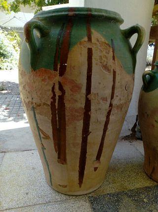 Orza antigua de cerámica esmaltada.