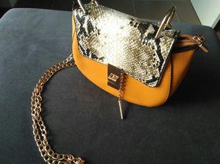 Bolso nuevo con correa dorada