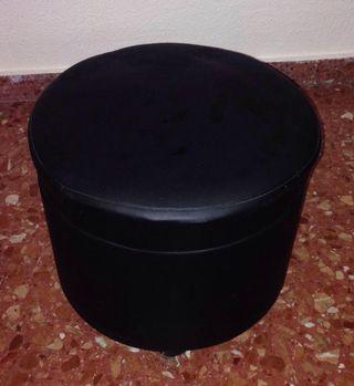 Puff negro con ruedas