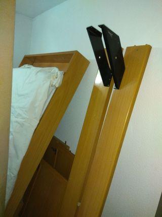 nido de dos camas con armario y escalera