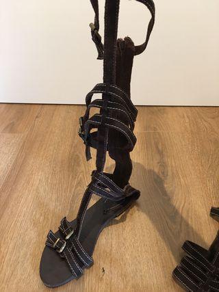 Sandalia alta ante marrón talla 40
