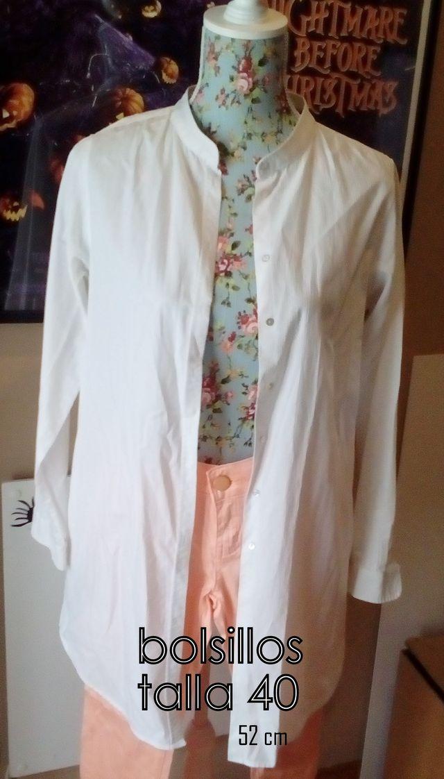 f7230e0db Blusa larga blanca bolsillos cuello mao de segunda mano por 6 € en ...